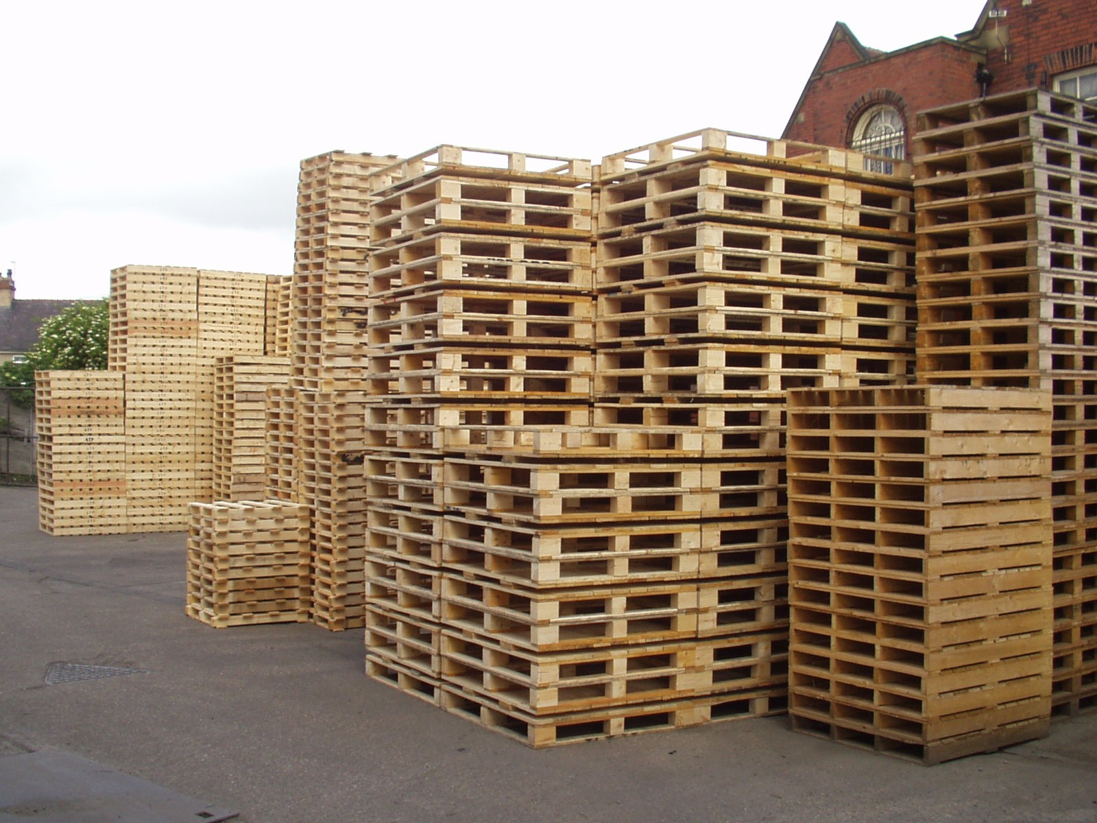 Building a shed from wooden pallets