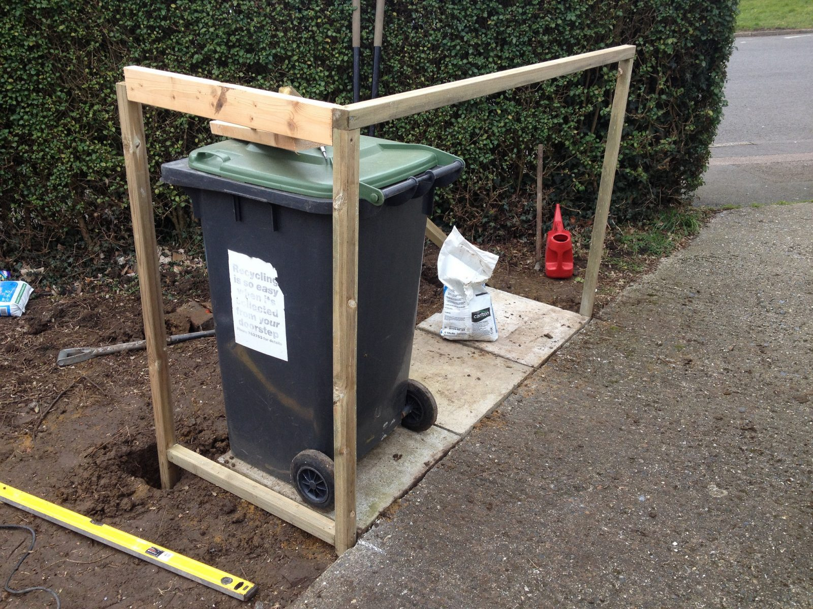 Pallet wheelie bin shelter for Diy dustbin ideas